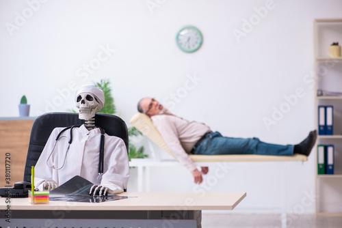 Old man visiting dead doctor radiologist Billede på lærred
