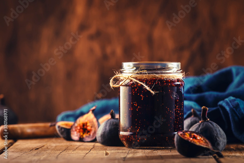 Fig jam in glass jar with fresh blue figs Canvas-taulu