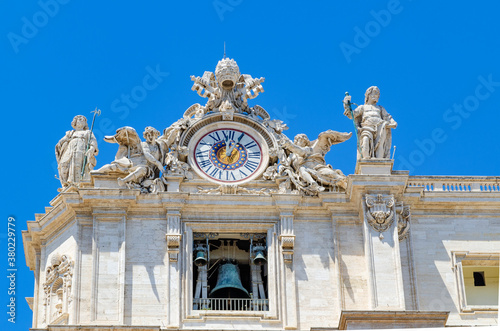 Foto Clock detail on the facade of Saint Peter's basilica