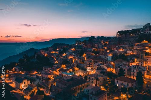 Bova Superiore al tramonto, vista aerea del borgo calabrese sulle montagne Fototapete