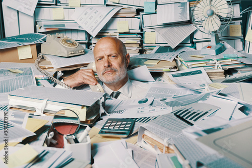 Stressed businessman overwhelmed by work Fototapete