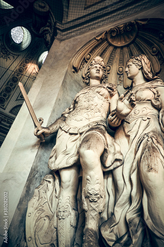 Photo Wien, Austria - The allegoric statue symbolizes the Maria Theresa's motto 'Virtu