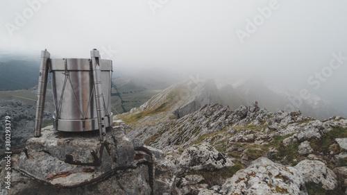 Tambor en la cima del monte Aitxuri en el Parque Natural Aizkorri-Aratz en Guipúzcoa un día de nubes bajas