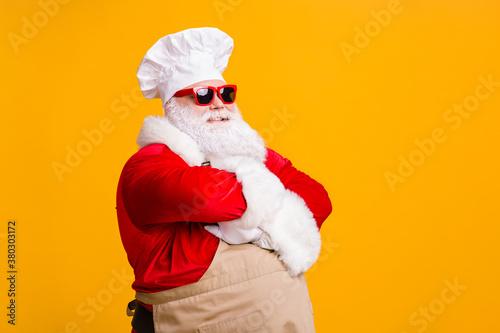 Valokuva Turned photo of fat santa claus in cuisine chef headwear cross hands prepare x-m