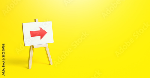 Cuadros en Lienzo Easel with a red right arrow on a yellow background