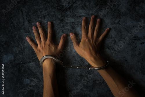監禁 逮捕 手錠をかけられている男性の手元 Canvas