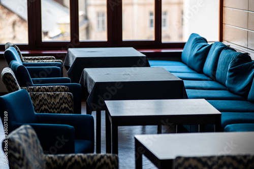 Photo Cozy cafe with tables and armchairs