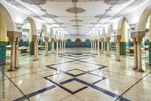 Photo Scenic symmetrical view of the architectural details of ablution room with marbl