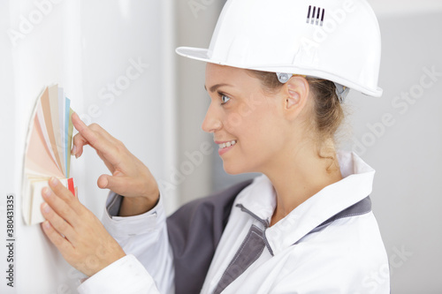 Fototapeta female construction worker with swatches obraz