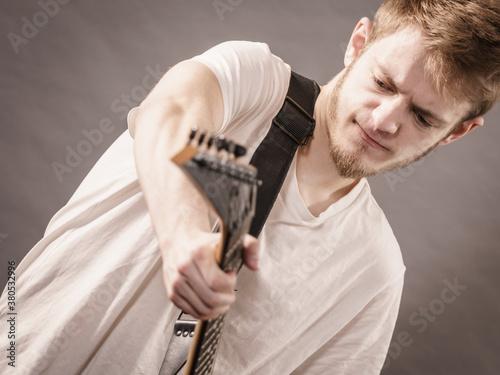 Man playing on electric guitar Fotobehang