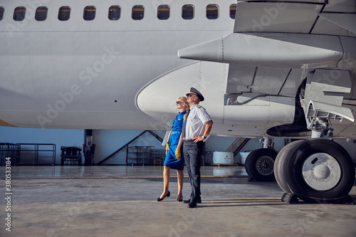 Fotomural Captain with air hostess enjoying good weather in the airport