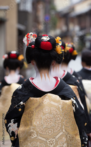 Fotografía Traditional geisha and maiko out and about walking in Gion Kyoto Japan