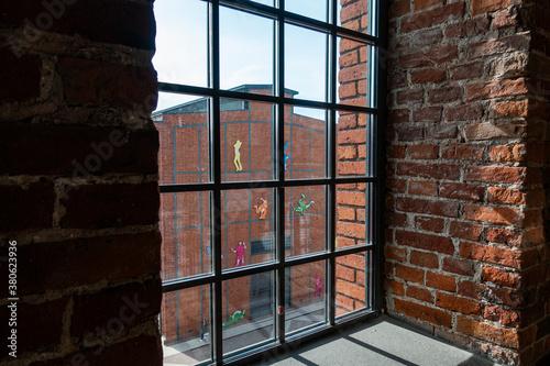 Łódź miasto manufaktura widok z okna cegła - 380623936