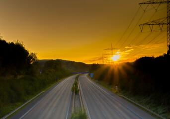 Prazna autocesta pri izlasku sunca