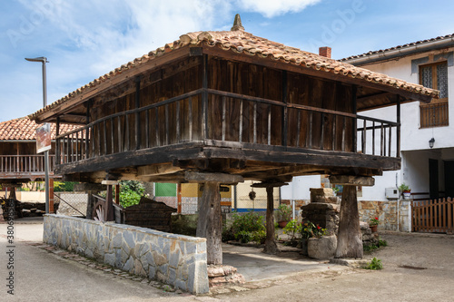 Fotografia Spain; Sep 20: Hórreo, traditional granary from the North of Spain, built in wood and stone on four pillars that raise the horreo from the floor