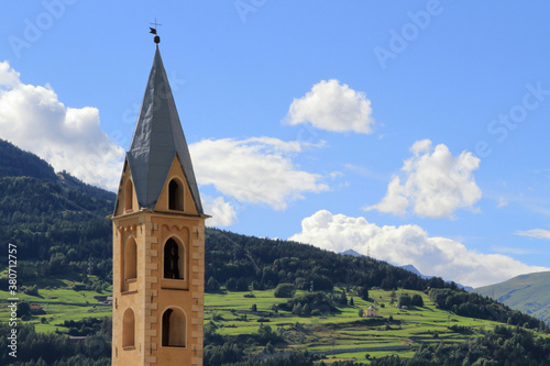 Fotomural VECCHIO CAMPANILE CON MONTAGNE A BORMIO ITALIA, OLD BELL TOWER WITH MOUNTAINS IN