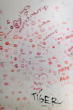Kiss Wall