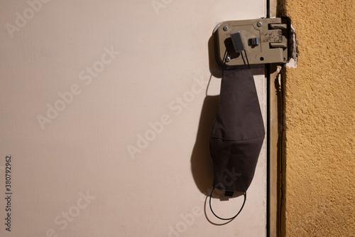 Photo Nueva realidad en puerta principal de casa, covid-19