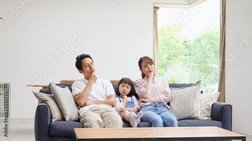 Fotografía ソファーで考える親子