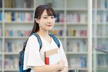 図書室の前の女子学生