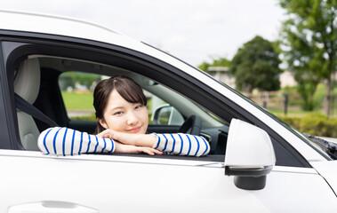 自動車に乗る女性