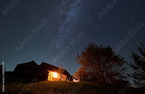 Fotografía Horizontal snapshot of a summerhouse in the mountains surrounded by trees by nig