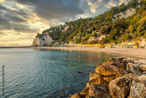 Photo Aussicht ueber den Spiaggia Urbani Strand in Sirolo, Marken, Italien