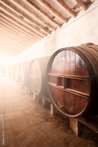 Fotografía Wine barrels stacked in the old cellar of the vinery in Spain