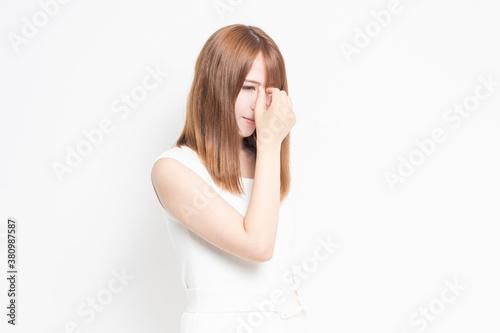 疲れ目に悩む若い女性 Wallpaper Mural