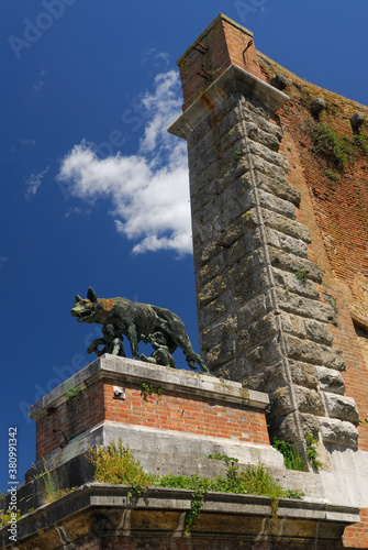 Fotografering Statue of she wolf suckling Romulus and Remus at old city gate in Siena Italy