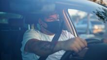 Chico Joven Conduciendo Su Coc...
