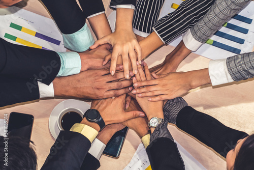 Photo Happy business people celebrate teamwork success together with joy at office table shot from top view