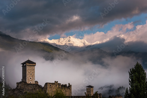 Fotomural castello montagne cime Ossana Trentino Pejo alpi