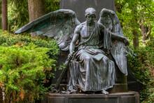 Engel Des Todes Mit Nach Unten Gehaltener Fackel Und Erloschener Flamme Als Symbol Für Das Ende Des Lebens