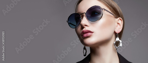 Fototapeta fashion portrait of Beautiful sexy woman in sunglasses and jewelry obraz