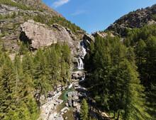 Paysage Alpestre Avec Chute D'eau Et Forêt De Sapin