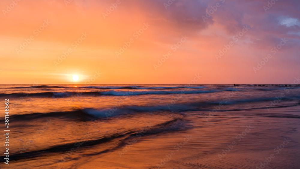 Fototapeta Sunrise above ocean waves
