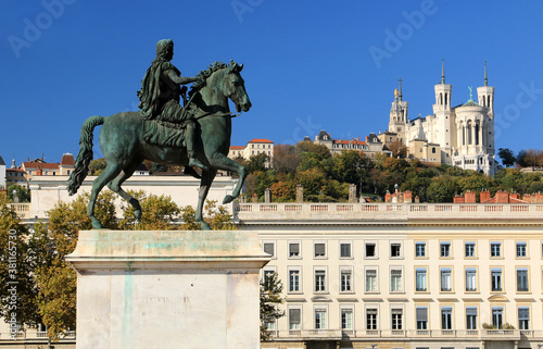Fotografía La statue de Louis IX sur  la place Bellecour à Lyon et la basilique de Fourvière en arrière plan