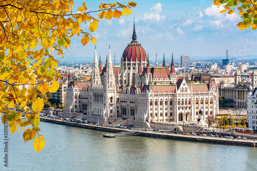 Obraz na plátně Hungarian parliament building and Danube river in autumn, Budapest, Hungary