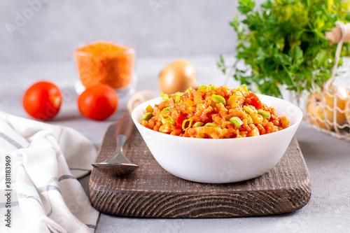 Vegetarian lentil stew in a bowl on light background Fototapet