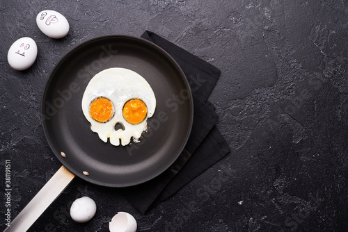 Fototapeta Fried eggs in the shape of a skull. Halloween breakfast. obraz