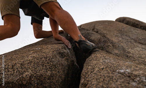 Fototapety, obrazy: Man climbing rock