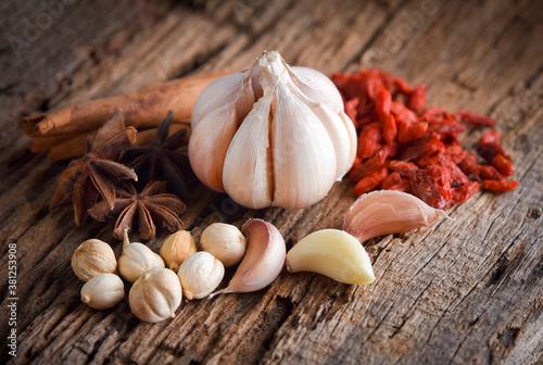 Fotografia thai herbs with ingredients on wood