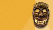 Mascara Artesanal De Calavera Sobre Fondo Amarillo
