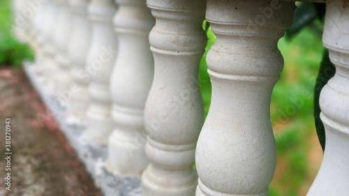 Fotografía White balusters stone railing