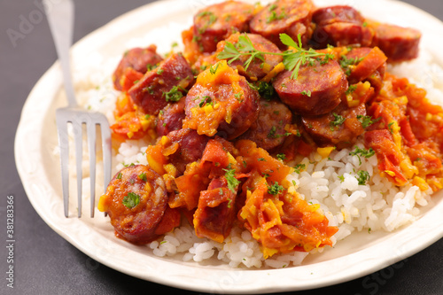 Fotografiet rougail saucisse- rice and sausage cooked with spicy tomato sauce