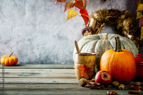 Autumn background on wooden tabel against old rust condition vintage wall Fototapet