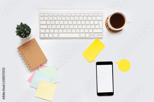 Photo white office desk background with smartphone with blank screen mockup, laptop computer, coffee cup and accessories