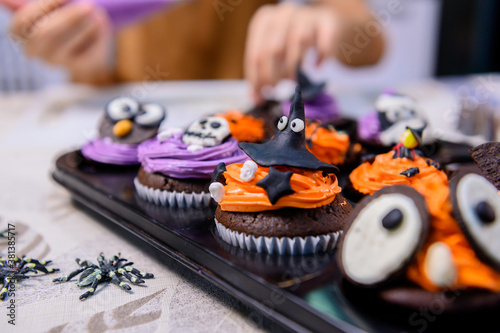 Photo Cooking delicious homemade cake and decorate cupcake for Halloween festive