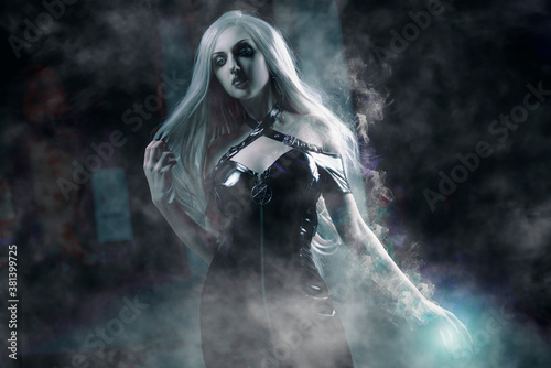 Fotografia Gorgeous young sorceress, halloween concept, spell casting